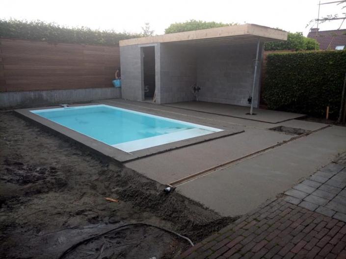 klein zwembad met terras